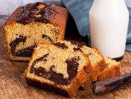 Рецепта Шарен пандишпанов кекс / сладкиш със захарен сироп, какао, кафе и глазура (заливка) от шоколад и масло